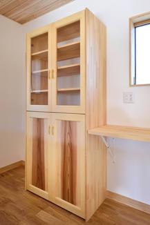 オープンなキッチンにぴったりな、一体感のある造作食器棚