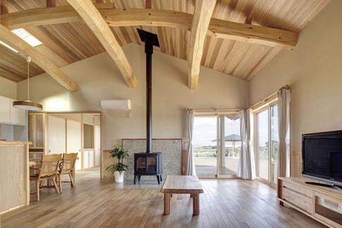 薪ストーブのある、開放的なリビング。