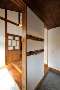 古民家風のお宅の玄関。見えない部分に個性的なフックがたくさんついています。
