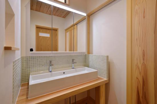 二人同時に支度ができる造作洗面化粧台。 三面今日の中は収納となっているので使い勝手抜群です。