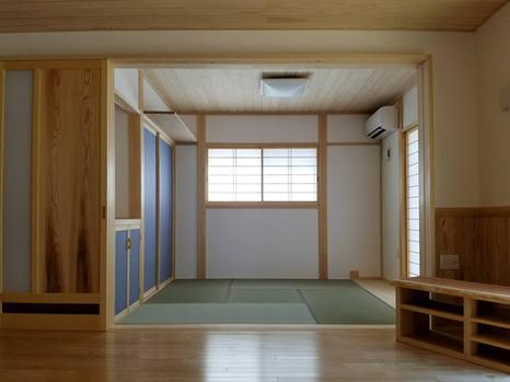 藍色の造作の襖がインパクトのある和室