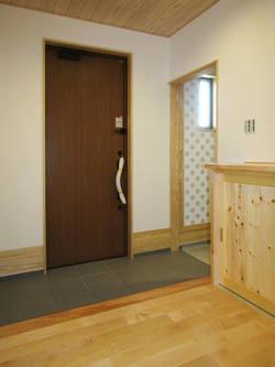 パイン材の造作下駄箱がある、モダンなシンプル玄関。