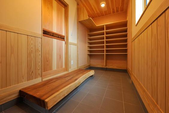 天井まであるオープンな収納と豪快な式台が来客の印象に残る玄関。