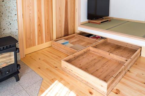 畳の小上がり下を有効活用した収納。