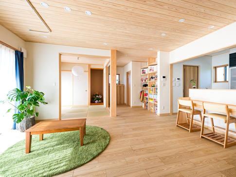 自然素材をふんだんに使いつつ、暖房は床暖房。カウンターはスタディコーナーとしても使え、家族団らんの空間に。