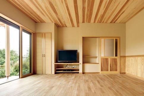 天井に張られた、杉の源平が美しいリビング。 建具などは造作品。