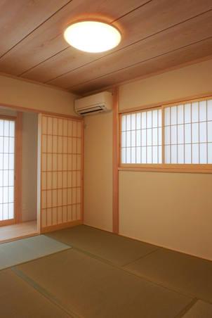 昔ながらの目透かし張りが美しいシンプルな和室。