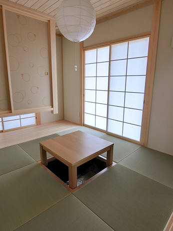 掘りごたつのある和室。 畳は琉球畳ですっきりシンプルに。