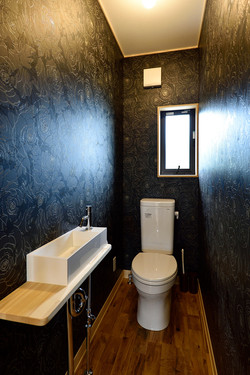 黒薔薇をあしらったモダンなトイレ