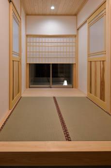 珍しい畳敷きの玄関ホール。 障子の奥には坪庭が見えます。