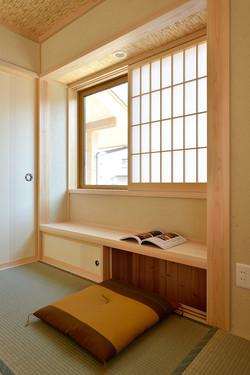 窓辺の小さな襖を開けると読書スペースにも