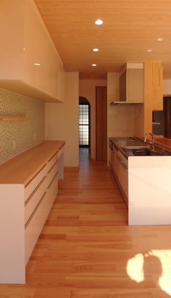 モザイクタイルを背面壁にふんだんに使ったキッチン。