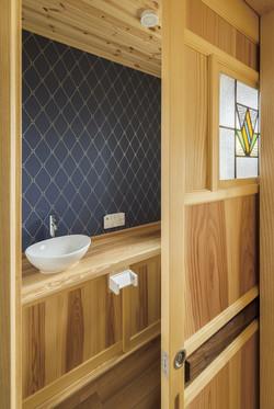 トイレの建具に使われたアンティークのステンドグラス