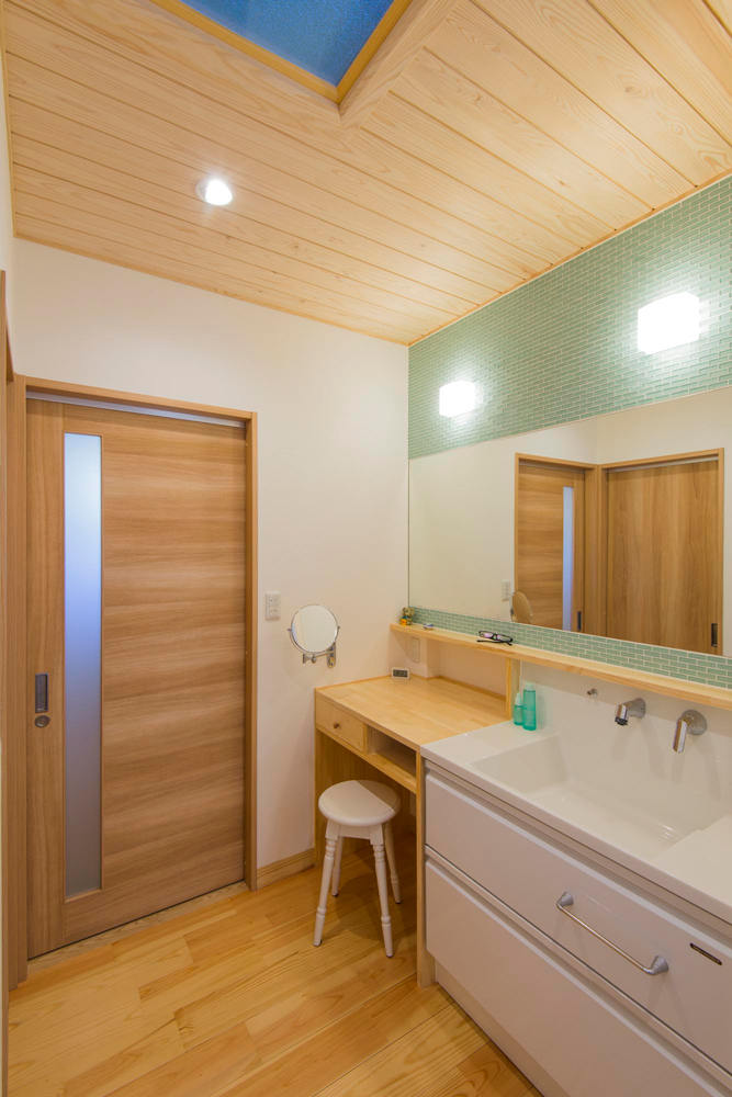 トップライト(天窓)のある洗面脱衣室。 ガラスモザイクが多用されているので、光によってキラキラ多彩な表情をお楽しみいただけます。