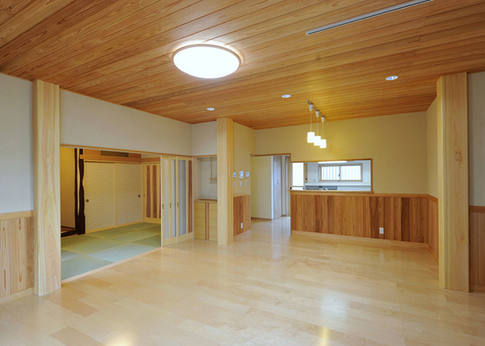こだわりの赤みの部分を使った腰板や天井が珍しく、そして美しいリビング。