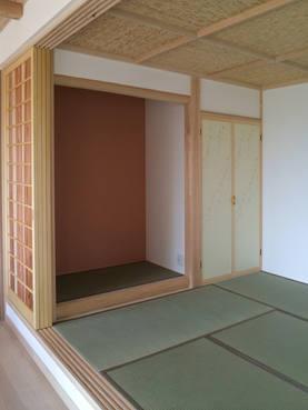 数寄屋をイメージした和室。 控えめの朱色が好印象です♪