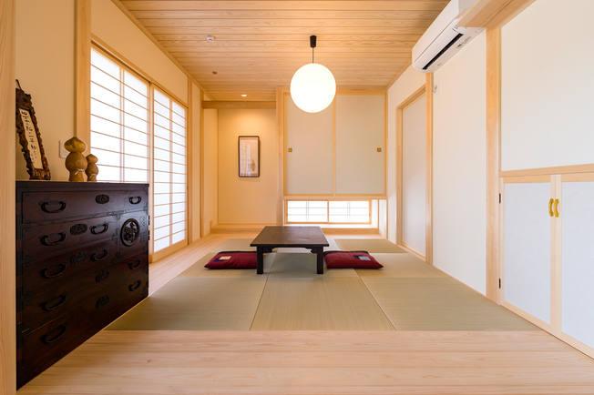 フチなしの畳と板の間ですっきりとた和室