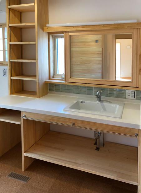 鏡をスライドさせると 左側からは小窓。 右側からは収納が出てくる洗面化粧台。