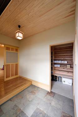 シューズクロークのある玄関。 土間なのでいろんなものを収納できます。天然石使用。