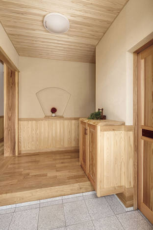 扇形のニッチと造作下駄箱が目を引く玄関。