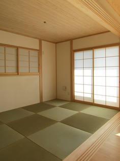 畳に合わせて障子の目もゆったりとしたものを選択。 リビングに馴染みの良いシンプルな和室。