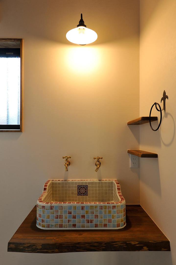レトロな雰囲気の洗面台。 洗面ボウルには色とりどりのガラスモザイクをあしらいました。