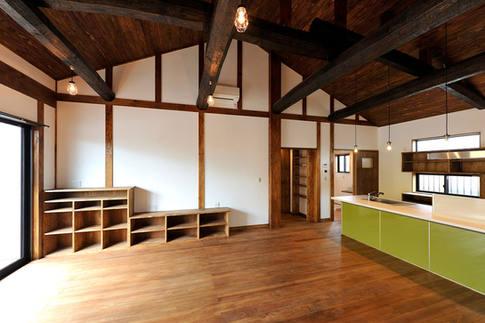 木材をあえて焦げ茶色に塗り、真壁にした古民家風住宅。