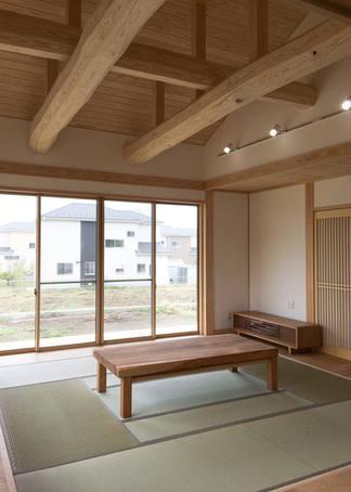 天井が梁丸太現しの和室。造作の座卓や真壁も目を引きます。