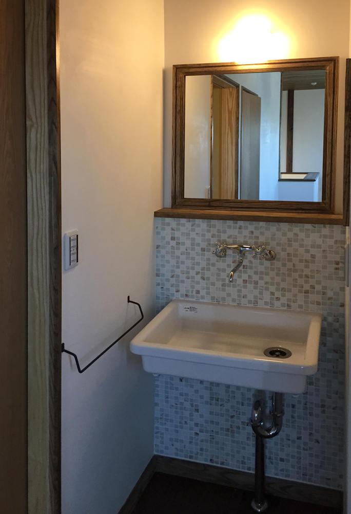 すっきりとした印象の洗面化粧台。 棚を付けないことで、背面のガラスモザイクが引き立ちます。