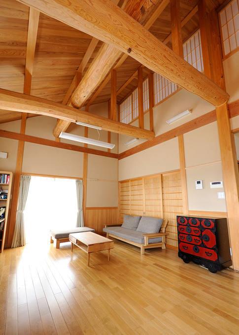 豪快な梁の奥の障子は、2階の居室とつながっており、家族の交流が深められるリビング。