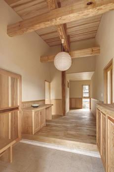 高い天井に現しの梁が来客の目を引く玄関