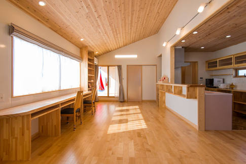 斜天井が開放的な、二世帯住宅の子世帯2階リビング。 窓際はスタディコーナー。