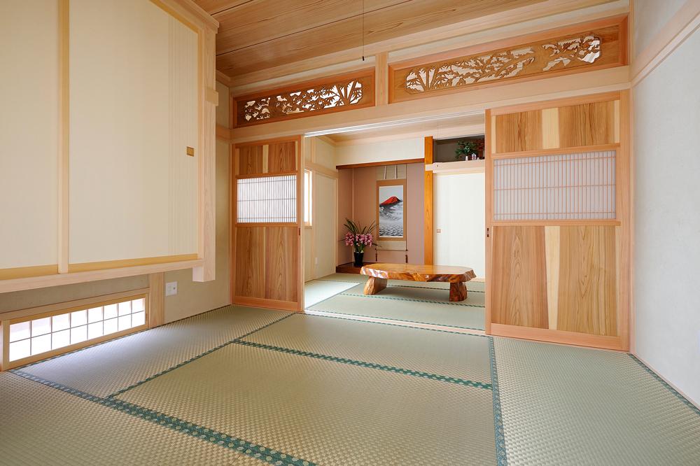 欄間に格子の建具が映える和室