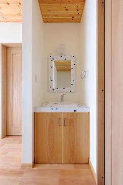 モザイクタイルをあしらった洗面化粧台。 木天井との相性◎