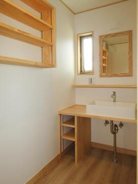 敢えて洗面台の下に扉を付けず、開放的な洗面室に。