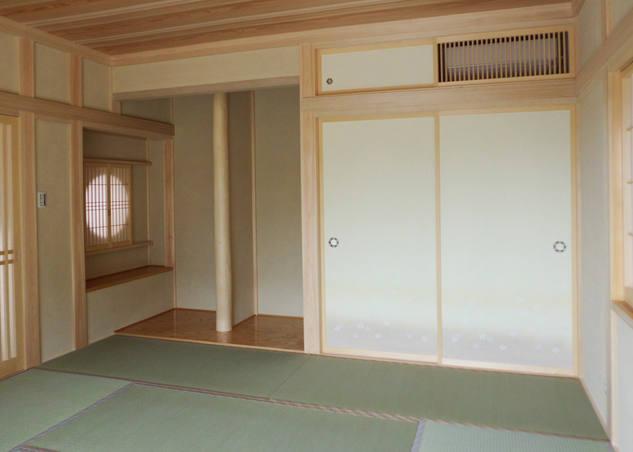 近代的な要素で和室に合わないエアコンを収納出来ます。
