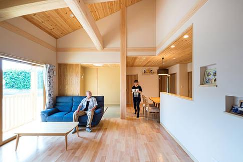 明るくすっきりとした印象のリビング。壁には珪藻土、床にはさくらを使用。