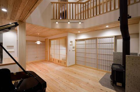 2階の廊下からリビングが見えるお宅。 薪ストーブやピアノも設置。