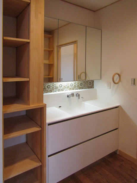 タオル掛けがおしゃれな洗面化粧台。 収納棚は造作品。