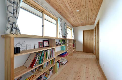 廊下のスペースを有効活用した本棚。
