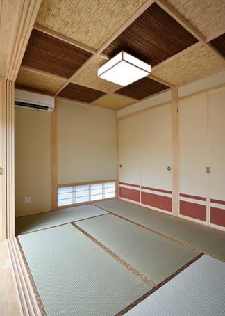 襖の朱よしずの千鳥柄の格天井がモダンな和室。