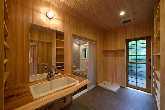 車いすの方でもお使い頂きやすいように、稼働棚を設置し、洗面台の下は空間にした洗面脱衣室。