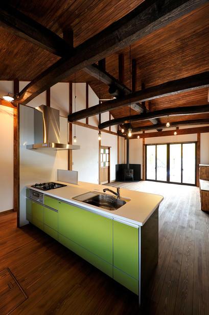 古民家風住宅のアクセントとなる、グリーンのカウンターキッチン