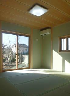 同色の真壁にすることにより、空間にゆとりを感じることのできる和室。