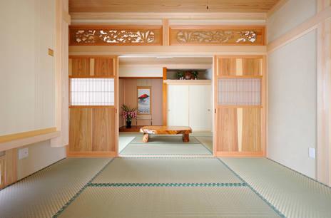 欄間と杉框組無垢板戸(万本格子)が美しい和室。