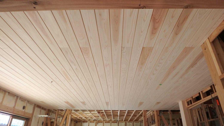 杉板張りの天井