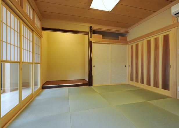 特徴的な色の木材をうまく組み合わせた和室。 障子には雪見障子を採用