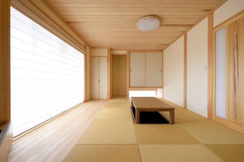 琉球畳が美しい、天井が板張りの和室。