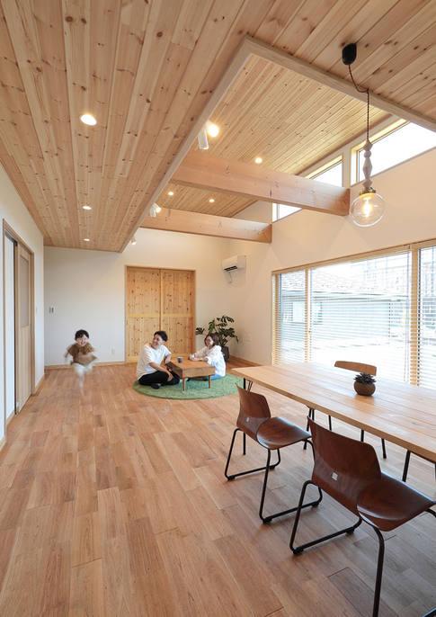 土地の関係で採光がとりづらい環境を、天井を一段高くして窓を設けることで解消。