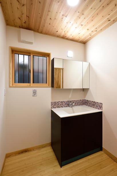 モザイクタイルをあしらうことで、シンプルな洗面台がぐっとおしゃれに!!!